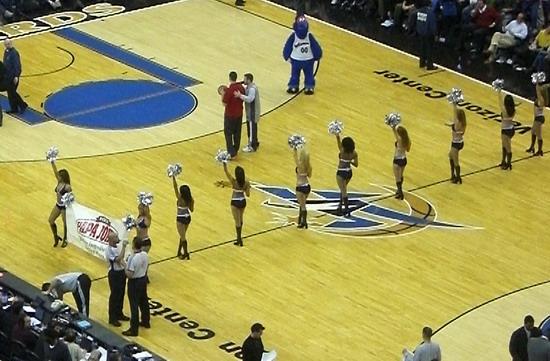 Cheerleader von hinten